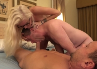 Porca con le tette piccole in video cuckold